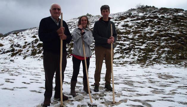 Desde la izda., los pastores roncaleses José Miguel Ezquer Barace, Marina Collado Horcajada y Fernando Pilart Medina, en las nevadas cumbres de Belagua.