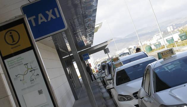 Taxis en la parada del aeropuerto de Noáin.