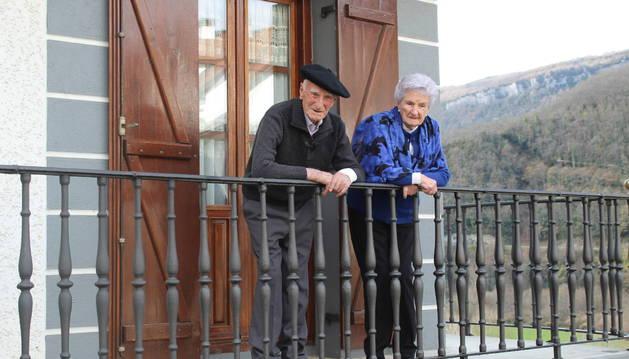 Foto de Alejandro y Joaquina, en Orbaitzeta, en el balcón de la casa de una de las hijas de ella.