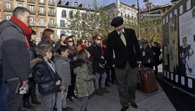 Foto de cuarenta personas recorrieron este sábado algunos de los lugares favoritos del famoso escritor en Pamplona.
