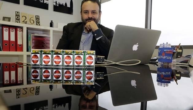 Antonio Torres López, fundador y director de la compañía, ante unos dispositivos Telmarkt para sustituir las etiquetas plásticas por pantallas digitales en las máquinas vending.