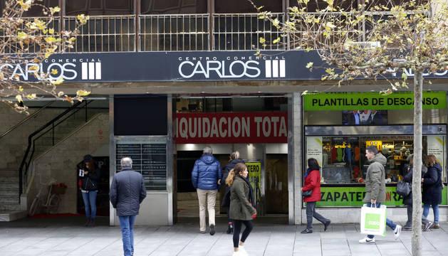 Entrada al centro comercial Carlos III en los números 13 y 15 de la avenida, que se derribará en febrero del próximo año.