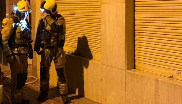 Dos bomberos, tras intervenir en un incendio en Alicante.