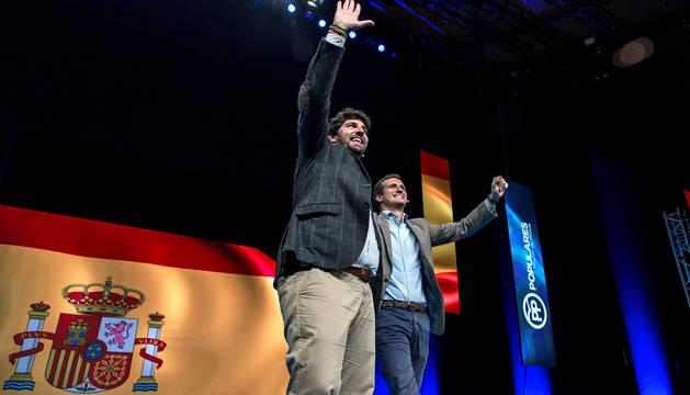 El presidente nacional del PP, Pablo Casado, y Fernando López Miras (i), Presidente de la Región de Murcia.