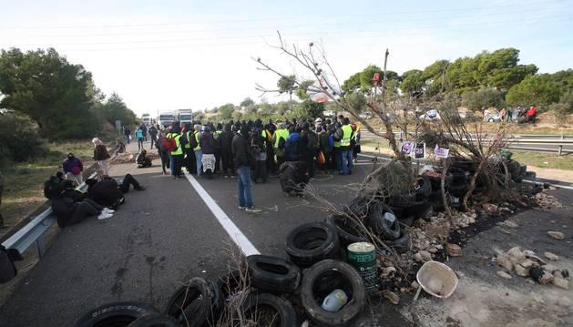 Foto del corte de tráfico organizado por los Comités de Defensa de la República (CDR) en la AP-7 a su paso por L'Ampolla (Tarragona).