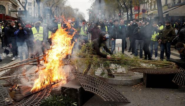 Los manifestantes incendiaron una barricada que habían erigido durante los enfrentamientos con la policía antidisturbios francesa.