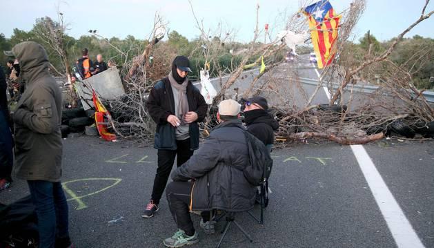 Foto del corte de tráfico organizado por los Comités de Defensa de la República (CDR) en la AP-7 a su paso por L'Ampolla (Tarragona) ha dejado bloqueados durante horas a camiones y autocares y ha provocado varios kilómetros de retenciones.