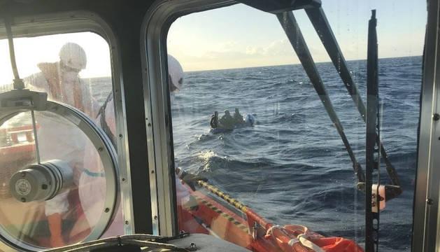 Salvamento Marítimo, antes de rescatar a dos menores de edad en el Estrecho.