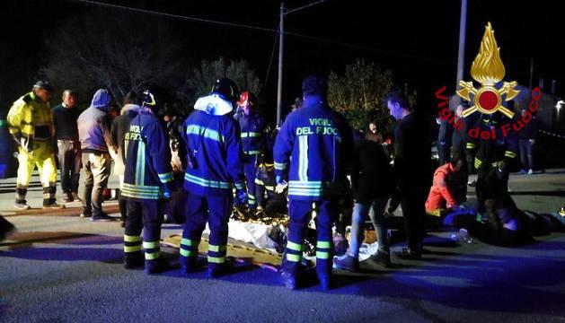 Bomberos atienden a los heridos tras la estampida en la discoteca