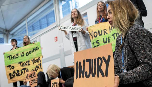 Varios activistas protestas en el marco de la Cumbre de