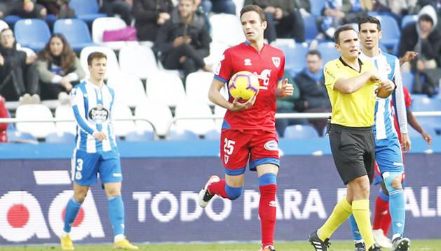 El delantero del Numancia, Borja Viguera, lleva el balón al centro tras anotar su equipo el 2-1.