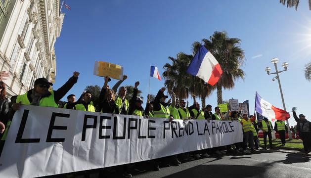 Una manifestación en París enarbola una pancarta con el lema 'La gente habla' durante las protestas de los chalecos amarillos.