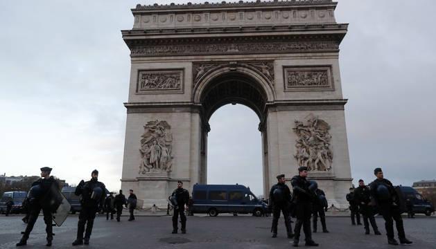 Agentes de la Policía francesa aguardan junto al Arco del Triunfo.