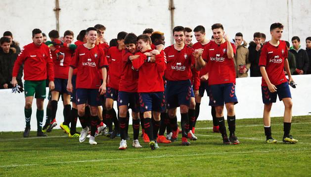 Los jugadores cadetes de Osasuna celebran el pase a la final, tras derrotar en penaltis al Levante.