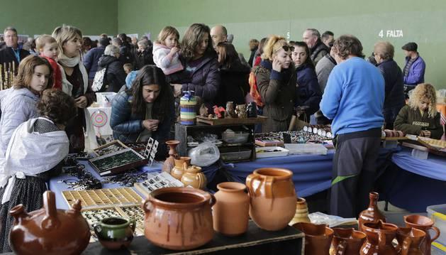 Foto de decenas de personas se acercaron ayer hasta el frontón de Nagore para ver los puestos de artesanía.