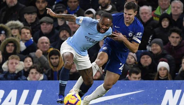 Azpilicueta intenta frenar a Sterling, delantero del Manchester City. El navarro, que jugó como lateral, le secó el sábado.
