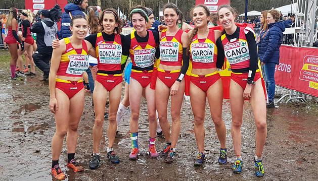 Maider Leoz (tercera por la izquierda) junto al resto de componentes del equipo español Sub'23 en el Europeo de Cross.