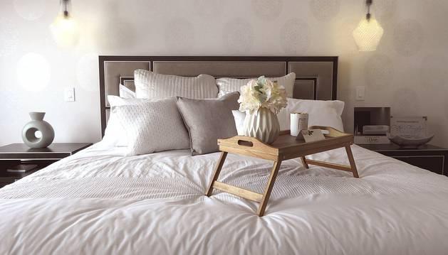 Una cama en el dormitorio de un hogar.