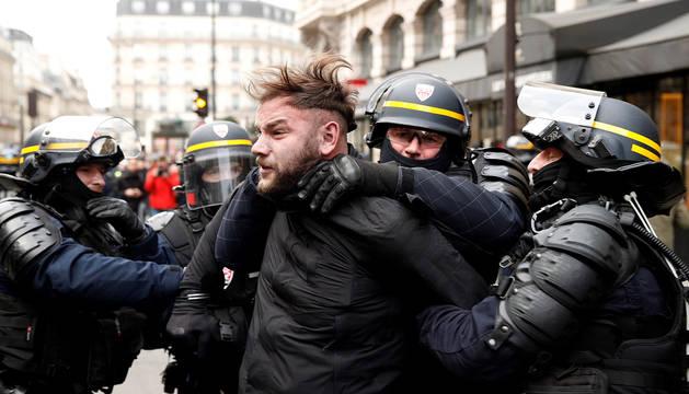 Uno de los arrestados tras las protestas de los 'chalecos amarillos' en Francia.
