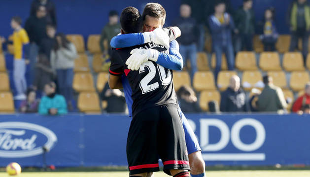 Gus Ledes se abraza con el meta Edgar Badía tras finalizar el encuentro en Santo Domingo.