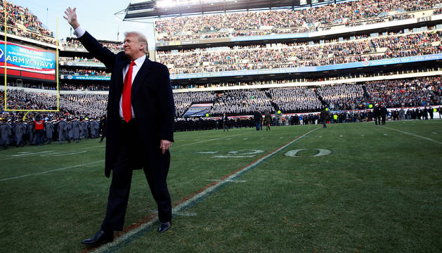 Donald Trump saludo al público desde el césped del Lincoln Financial Field.
