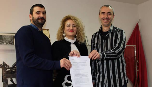 Los alcaldes de Arróniz, Ángel Moleón; Allo, Susana Castanera; y Los Arcos, Javier Chasco, en la firma.s.