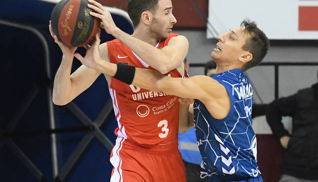 El escolta Álex Urtasun protege el balón defendido por Van Lacke del Delteco, durante el partido disputado el pasado sábado.
