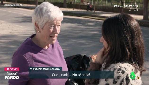 Imagen de un momento del reportaje en el que la periodista desplazada le pregunta a una vecina a quién ha votado.