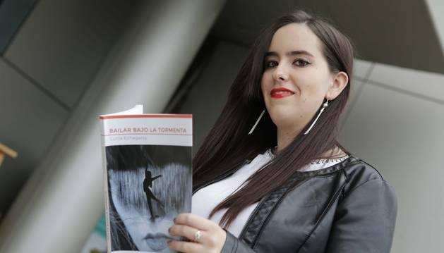 Lucía Echegaray, de 18 años, con un ejemplar de su libro.