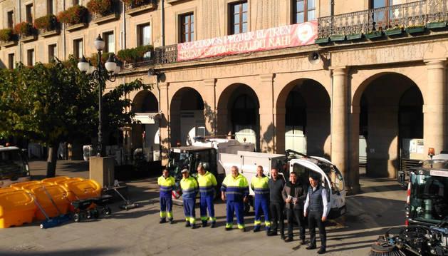 Personal de la empresa Cespa S.A. junto con representantes municipales y parte de la nueva maquinaria ayer presentada.