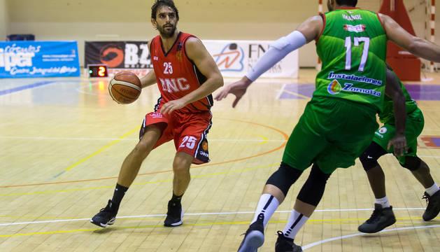 Carles Marzo controla el balón, defendido por Imanol del Zornotza, en el partido de ida en Arrosadía.