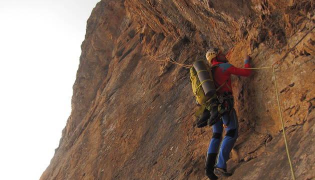 Iker Madoz, con el material a su espalda, en pleno ascenso por la nueva ruta en la norte del Tozal de Ripera.