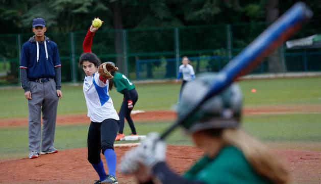 Gesto de concentración de la lanzadora mientras la bateadora espera la llegada de la bola para tratar de golpearla. El sófbol, que no sólo es una modalidad femenina, es muy similar al béisbol.