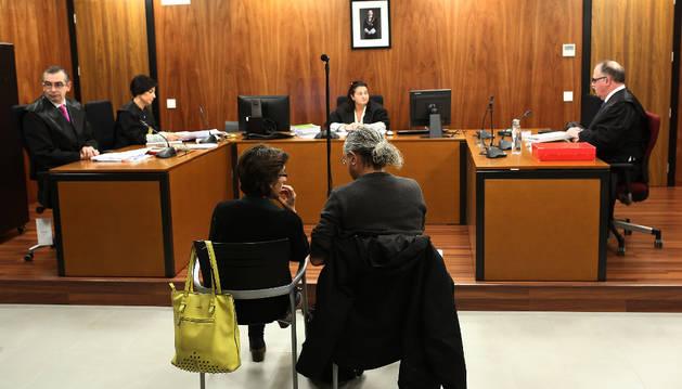 Los acusados, en el centro, al inicio de la segunda sesión del juicio.
