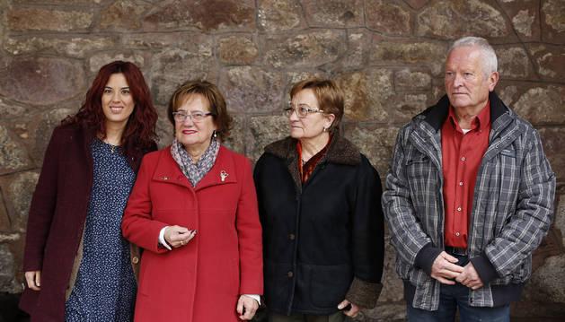 Judith Lizasoáin, Esther Garro, con su dedal de Plata, Araceli Garro y Lucio Tellechea.