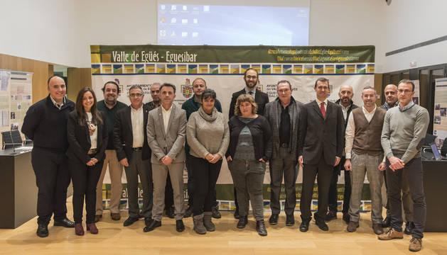 Foto de los asistentes a la presentación del nuevo sistema de iluminación pública exterior del Valle de Egüés.