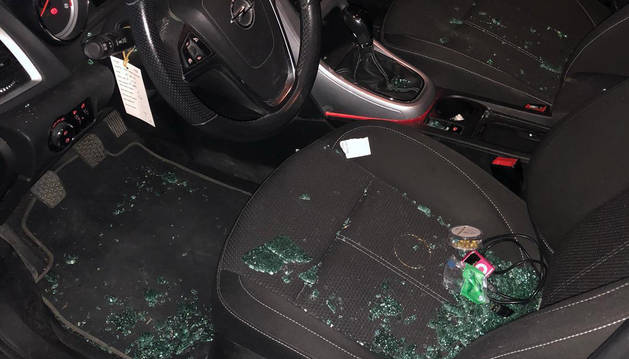 Interior de uno los vehículos destrozados en San Adrián.