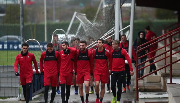 Los jugadores de Osasuna mueven una de las porterías al campo de entrenamiento.