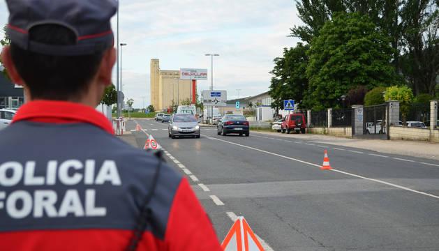 Un agente de Policía Foral en un control de tráfico anterior.