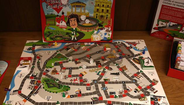 Foto del juego se desarrolla en un tablero con algunas calles de Pamplona.