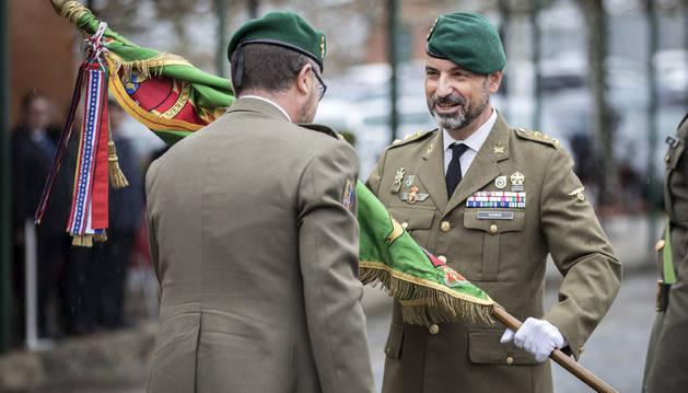Santamaría entrega el guion del regimiento a Gambin.