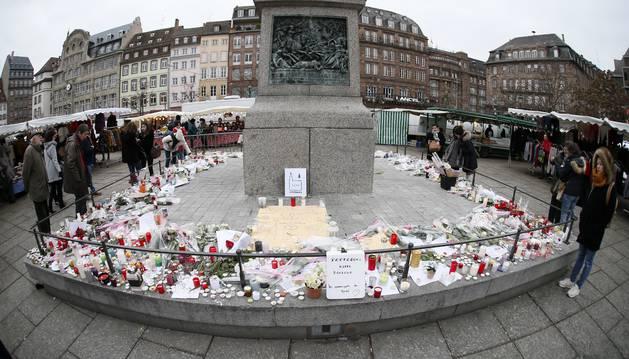 Foto de Flores, velas y mensajes hoy, 14 de diciembre de 2018, cerca del mercadillo de Navidad donde se produjo el atentado en Estrasburgo (Francia).