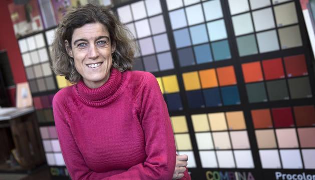 Laura Arzoz posa en la tienda que Disnapin (Distribuidora Navarra de Pinturas) tiene en la calle Errotazar de Pamplona. Tras ella una gama de colores Pantone.