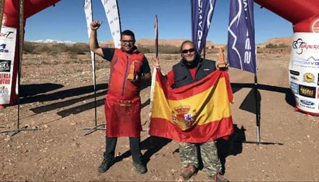Ángel Miral y Miguel Hernández posan con los trofeos tras finalizar el rally.
