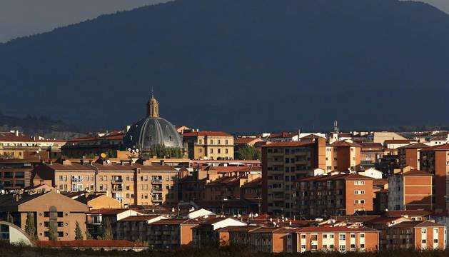 Viviendas en el sur de Pamplona, con el monte San Cristóbal al fondo.