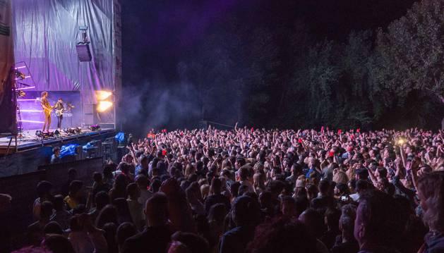 El concierto de Izal del festival de este año se llenó de público en el paseo del Prado.