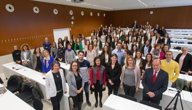 Andrea Macaire, en primera fila, quinta por la izquierda, con los alumnos de la Universidad de Navarra y futuros asistentes de dirección a los que ofreció una charla.