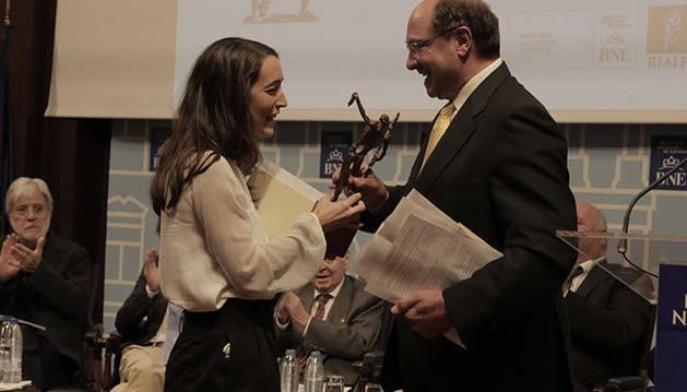 Zelai González recoge de manos del Director del Jurado, Carmelo Guillén Acosta, el Premio Adonáis de Poesía Joven 2018 otorgado a Marcela Duque, por su poemario Bello es el riesgo.