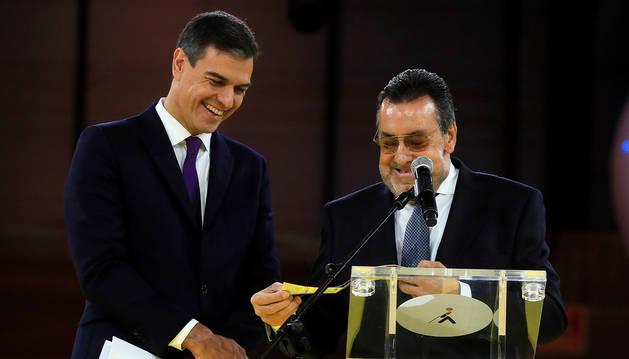 El presidente del Gobierno, Pedro Sánchez (izda.) junto a
