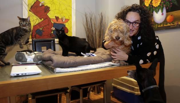 No todos quisieron salir. Olga Hermoso de Mendoza Catalán con, en la mesa, kai y Bagheera, y en sus brazos Rober. Abajo Saky. Faltaban Mico y Ares